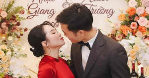Xuân Trường và vợ liên tục hôn nhau trong lễ ăn hỏi