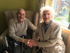Xúc động khoảnh khắc cặp vợ chồng già đoàn tụ sau nhiều tháng xa cách do Covid-19