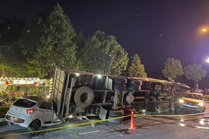 Bình Dương: 1 gia đình thoát nạn khi chiếc xe tải lật ngang