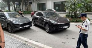 Hai xe sang Porsche trùng biển số 'chạm mặt' ở Hà Nội