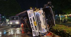Bình Dương: Xe tải lật đè xe 4 chỗ, tài xế ôm con nhỏ tung cửa chạy