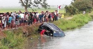 Ô tô lao đầu xuống kênh, 13 người thiệt mạng