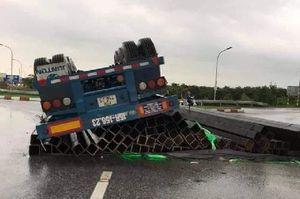 Hưng Yên: Xe đầu kéo chở sắt bị lật trên đường, tài xế may mắn thoát nạn