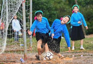 Mặc váy đá bóng - giải đấu độc đáo ở Quảng Ninh