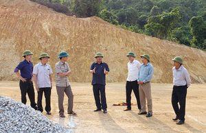 Đồng chí Phó Chủ tịch Thường trực UBND tỉnh kiểm tra tiến độ xây dựng khu tái định cư tại bản Sắt