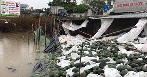 Chuyện ấm lòng ở Quảng Bình: Xe tải chở 20 tấn dưa hấu bị lật, tài xế khóc cạn nước mắt, người dân chung tay thu gom và bán giúp