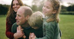 Vợ chồng Công nương Kate chia sẻ đoạn video làm 'tan chảy' trái tim người hâm mộ với loạt khoảnh khắc đời thường vui vẻ bên 3 con