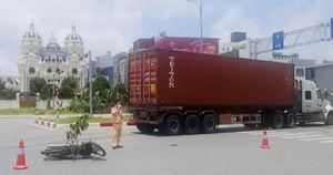 Va chạm với xe container ở vòng xuyến Bùi Viện, tài xế xe máy nguy kịch