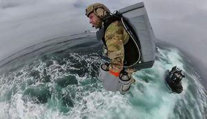 Đặc nhiệm Anh đổ bộ lên chiến hạm bằng bộ đồ bay phản lực