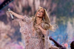 Jennifer Lopez thay 4 trang phục trong sự kiện âm nhạc