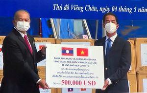 Việt Nam hỗ trợ Lào 500.000 USD và vật tư y tế để chống dịch
