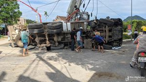Xe trộn bê tông lật giữa đường làm gãy cột điện