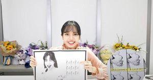 Đoán thử xem ai là chủ nhân của bức hình bàn tay bí ẩn trong cuốn sách ảnh của Lisa