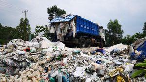 Phát hiện vụ đổ chất thải sinh hoạt trái phép quy mô lớn