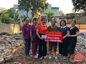 Trao kinh phí hỗ trợ xây nhà cho phụ nữ nghèo ở thị xã Bỉm Sơn
