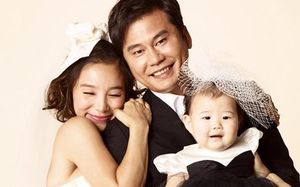 Có 1 vị chủ tịch đế chế giải trí quyền lực nhất xứ Hàn cũng rửa bát phụ vợ như Bill Gates, nhưng sau 11 năm cái kết khác hẳn