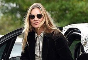 Cựu mẫu lừng danh Kate Moss 'hút mắt' với vẻ ngoài sành điệu ở tuổi 47