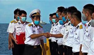 Cán bộ, chiến sĩ Nhà giàn DK1 thực hiện bỏ phiếu sớm trên biển