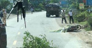 Xe tải cán qua người đàn ông đi xe máy cùng chiều trên QL7