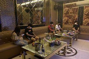 Karaoke vẫn phục vụ khách nước ngoài bất chấp lệnh cấm