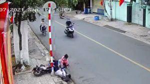 Dư luận bức xúc vụ hai học sinh bị hai người đi xe máy đạp ngã xuống đường