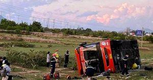 Lật xe khách lộn nhào, nữ hành khách trẻ bị đứt lìa cánh tay