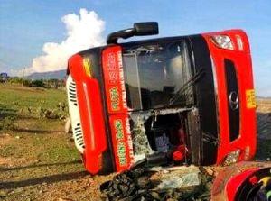 Lật xe khách ở Ninh Thuận, nhiều người bị thương