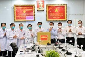 Thủ tướng thăm, kiểm tra công tác phòng, chống dịch tại Bệnh viện Đại học Y Dược và Bệnh viện Chợ Rẫy