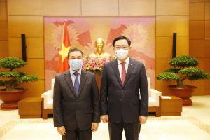 Chủ tịch Quốc hội Vương Đình Huệ tiếp Đại sứ CHDCND Lào tại Việt Nam