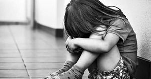 Bé 2 tuổi chảy máu não vì bị bố nuôi bạo hành