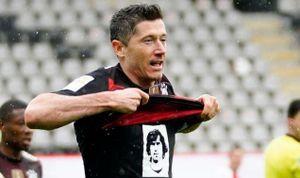 Lewandowski được đồng đội xếp hàng chúc mừng trong ngày lập kỷ lục