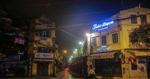 Dịch COVID-19 diễn biến phức tạp, phố phường Thủ đô vắng lặng buổi tối