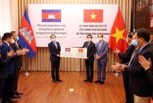 Việt Nam hỗ trợ vật tư, thiết bị y tế giúp Campuchia ứng phó dịch