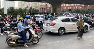 Mất an toàn giao thông khi người xin tiền tràn xuống đường