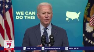 Tổng thống Mỹ kêu gọi người dân 'uống bia, cắt tóc và tiêm vaccine'