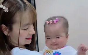 Hết chế tóc giả, vợ Mạc Văn Khoa chuyển sang dùng kẹp tóc làm điệu cho con gái