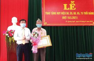 Thành ủy Quảng Ngãi: Trao Huy hiệu Đảng cho đảng viên
