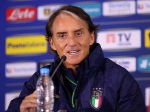HLV Roberto Mancini khích lệ tinh thần các tuyển thủ Italy