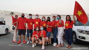 Sắc đỏ Việt Nam 'nhuộm' sân Al Maktoum trước trận gặp Malaysia