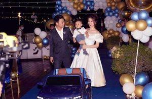 Lộ ảnh hiếm cả gia đình Hòa Minzy trong tiệc thôi nôi của quý tử, tổ chức hoành tráng trên du thuyền mà giữ kín như bưng