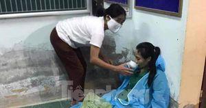 Hình ảnh nữ điều dưỡng kiệt sức khi trắng đêm làm nhiệm vụ tại vùng dịch