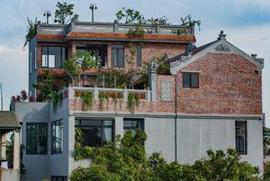 Ngôi nhà cổ hơn 100 tuổi trên tầng thượng ngôi biệt thự