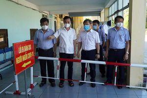 Đồng chí Bí thư Tỉnh ủy Vũ Đại Thắng kiểm tra bệnh viện dã chiến điều trị Covid-19