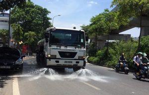 Tưới nước đường phố Hà Nội để hạ nhiệt ngày nắng nóng