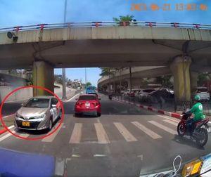 Xe ô tô liều lĩnh đi ngược chiều trên đường phố Hà Nội khiến dân mạng bức xúc