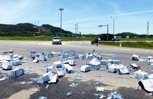 CSGT giúp tài xế thu gom hàng trăm thùng nước giữa trưa nắng nóng