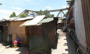 Hà Nội nắng đỉnh điểm, xóm trọ dùng chăn thấm nước phủ lên mái chống nóng