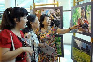 Tấm bản đồ Việt Nam ghép từ hàng ngàn ảnh gia đình