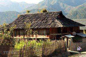 Những ngôi nhà sàn cổ làm bằng gỗ pơmu ở Sơn La