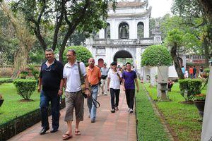 Buổi tối du khách tới Hà Nội chỉ có việc... ngủ khách sạn!